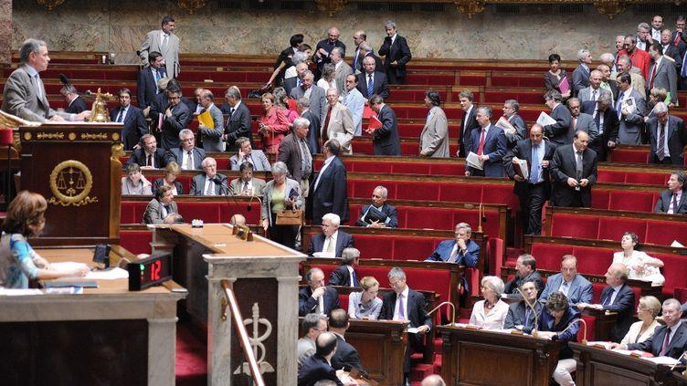 Des députés de gauche quittent l'hémicycle lors d'une séance de questions au gouvernement, le 6 juillet 2010 à Paris. (ERIC FEFERBERG / AFP)