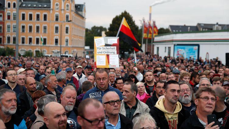 Un millier de militants d'extrême droite ont manifesté jeudi 30 août à Chemnitz (Allemagne) pour dénoncer la politique migratoire d'Angela Merkel et réclamer son départ. (ODD ANDERSEN / AFP)