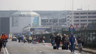 Des passagers évacués de l'aéroport de Bruxelles (Belgique), le 22 mars 2016. (THIERRY MONASSE / AFP)