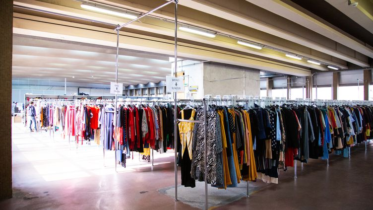 Stock de vêtements Le Closet destinés au service de la location (LE CLOSET)