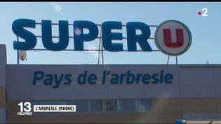 Un couple de dirigeants d'un supermarché près de Lyon (Rhône) a posé aux côtés de cadavres d'animaux en Afrique du Sud, suscitant une vive polémique sur les réseaux sociaux. (FRANCE 2)