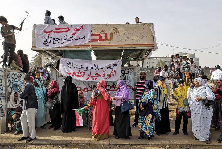 Femmes manifestant à Khartoum contre le régime du président el-Béchir le 11 avril 2019. (- / AFP)