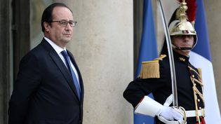 François Hollande sur le perron du palais de l'Elysée le 10 juin 2016 à Paris à l'occasion d'une visite officielle de son homologue portugais. (STEPHANE DE SAKUTIN / AFP)