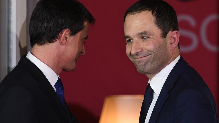 Manuel Valls et Benoît Hamon au siège du parti socialiste le 29 janvier 2017. (ERIC FEFERBERG / AFP)