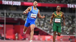 Lamont Marcell Jacobs (en bleu) est le nouveau champion olympique du 100 m, le 1er août 2021. (JEWEL SAMAD / AFP)