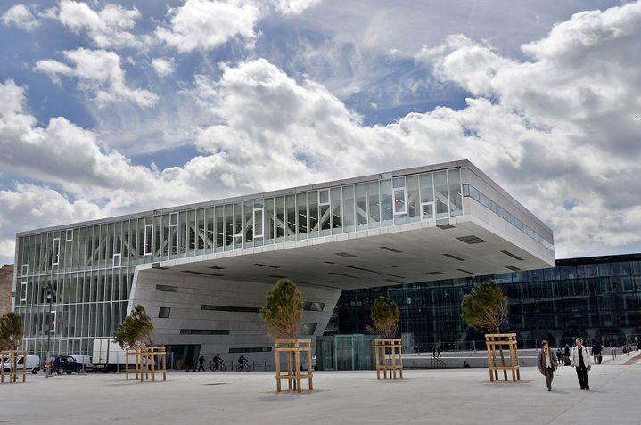 Le Centre régional de la Méditerranée, à Marseille, dessiné par l'architecte italien Stefano Boeri. (GERARD JULIEN / AFP)