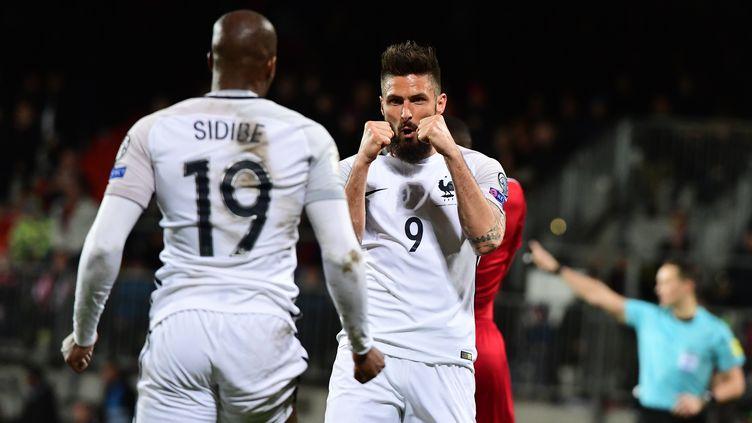 Olivier Giroud remercie Djibril Sidibe pour son offrande (EMMANUEL DUNAND / AFP)