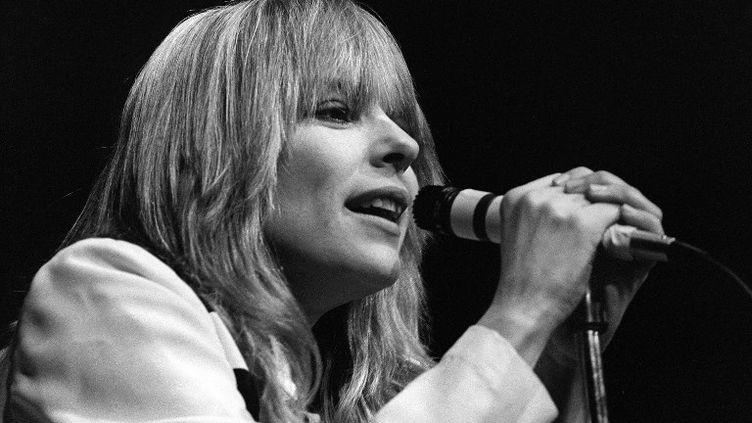 La chanteuse française est photographiée lors de son concert au Palais des sports à Paris le 7 janvier 1981. (JACQUES DEMARTHON / AFP)