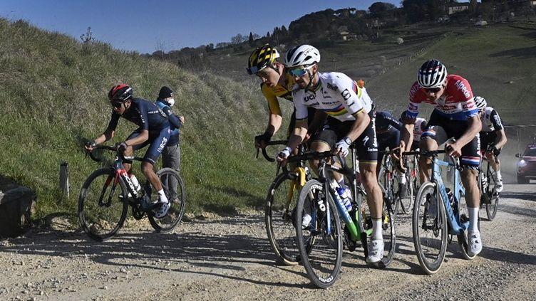 Egan Bernal Wout Van Aert, Julian Alaphilippe et Mathieu Van der Poel, ici à la lutte sur les Strade Bianche le 6 mars 2021, sont attendus sur Tirreno-Adriatico. (DIRK WAEM / BELGA MAG)