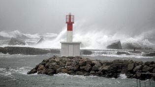 Des vagues déferlentà Sète (Hérault) lors des intempéries, le 27 février 2016. (MAXPPP)