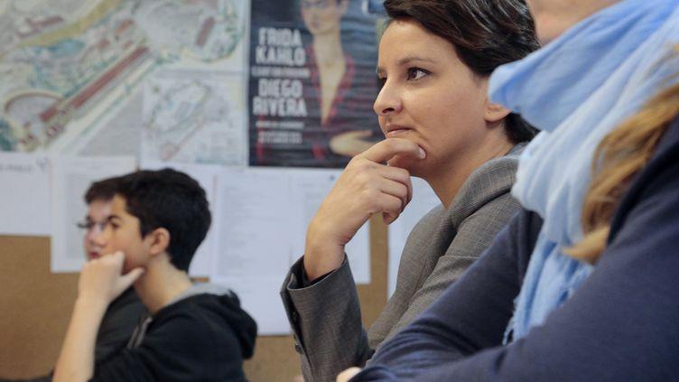 La ministre de l'Education nationale, Najat Vallaud-Belkacem, assiste à un cours dans un collège à Paris le 7 janvier 2016. (JACQUES DEMARTHON / AFP)