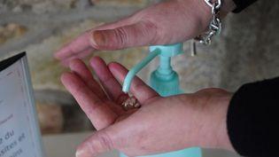 Du gel hydroalcoolique à disposition dans un Ehpad de Vitré (Ille-et-Vilaine). (VALENTIN BELLEVILLE / FRANCE-BLEU ARMORIQUE)