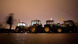 Des tracteurs qui bloquaient le pont de Cheviré, et le périphérique nantais, samedi 9 janvier près de Nantes (Loire-Atlantique). Ils ont été délogés sans violence par la police. (JEAN-SEBASTIEN EVRARD / AFP)