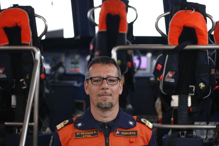 Le commandant Salvatore Di Grande, à bord d'un bateau d'intervention rapide de la Guardia Costiera, le 21 avril 2015, à Lampedusa (Italie). (GAEL COGNE / FRANCETV INFO)