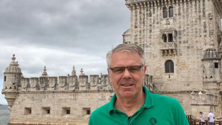 Thierry Anti lors de son année passée au Sporting Portugal pose devant la célèbre Tour de Bélem