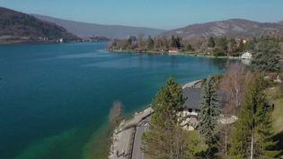 La route près du lac d'Annecy, en Haute-Savoie. (CAPTURE ECRAN FRANCE 2)