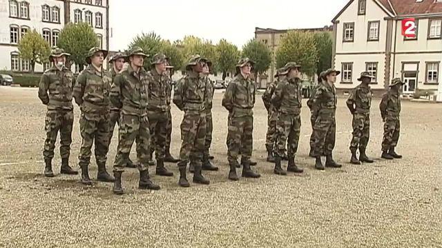 Les volontaires du service militaire sont en formation