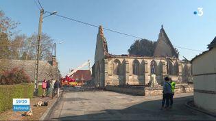 L'église d'un village de 300 habitants dans l'Eure a été ravagée par un incendie, samedi 17 avril. Les flammes ont provoqué la chute du toit et du clocher. (France 3)