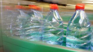 Des bouteilles d'eau sur une ligne de production de Nestlé, le 19 janvier 2010 à Vittel (Vosges). (JEAN-CHRISTOPHE VERHAEGEN / AFP)