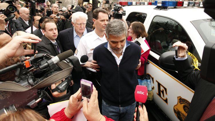 George Clooney est arrêté pour désobéissance civile lors d'une manifestation devant l'ambassade du Soudan à Washington (Etats-Unis), le 16 mars 2012. (KEVIN LAMARQUE / REUTERS)