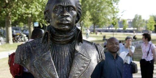 Buste de Toussaint Louverture, père de l'indépendance d'Haïti et précurseur de la lutte contre l'esclavage, dans un square de Bo (AFP - The Picture Desk - The Art Archive - Gianni Dagli Orti)