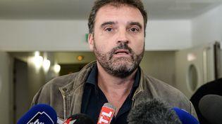 Le docteur Frédéric Péchier, anesthésiste soupçonné de 24 empoisonnements, s'adresse à la presse à la sortie du tribunal, le 29 mars 2017 à Besançon (Doubs). (SEBASTIEN BOZON / AFP)