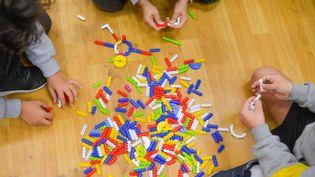 Des enfants dans un cabinet de psychologue (illustration). (LUCAS NINNO / GETTY)