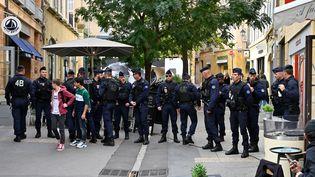Des policiers devant le tribunal d'Aix-en-Provence avant l'arrivée de Claude Chossat, le 28 octobre 2019. (GERARD JULIEN / AFP)