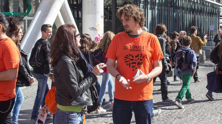 Olivier participe à une action de sensibilisation menée par le mouvement de défense des animaux L214, à Paris, le 20 mars 2014. (MATHIEU DEHLINGER / FRANCETV INFO)