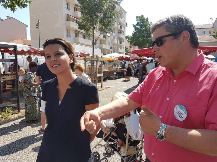 Najat Vallaud-Belkacem, candidate aux élections législatives, le 2 juin 2017, sur un marché de Villeurbanne (Rhône), avec son suppléant Didier Vullierme. (ILAN CARO / FRANCEINFO)