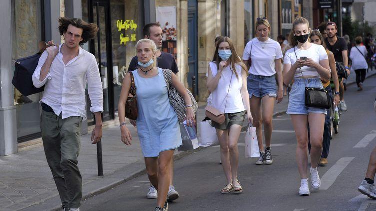 Des passants marchent dans le quartier du Marais, à Paris, en juin 2021. (ONLY FRANCE VIA AFP)