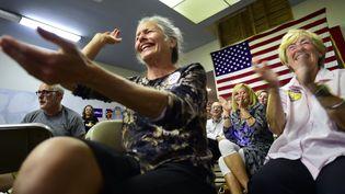 Des Américainsregardent le dernier débat entre Hillary Clinton et Donald Trump au siège du parti démocrate, en Californie. (FREDERIC J. BROWN / AFP)