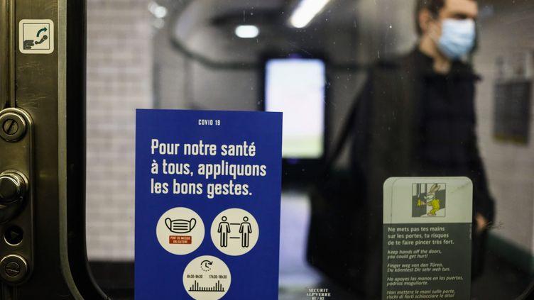 Le port du masque est obligatoire dans les transports publics parisiens. (OLIVIER CORSAN / MAXPPP)