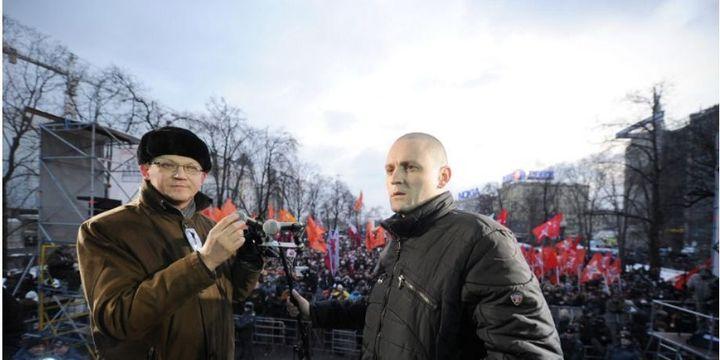 Vladimir Ryjkov, aujourd'hui membre du Parnas, et Sergueï Oudaltsov, leader du Front de gauche russe actuellement emprisonné, à une manifestation contre le retour de Poutine, le 5 mars 2012.  (Natalia Kolesnikova / AFP )