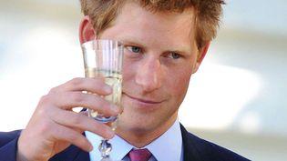 Même s'il est fort improbable que le prince Harry devienne un jour roi d'Angleterre, ses frasques alcoolisées commencent à porter préjudice à la couronne. Cheers ! (TIM ROOKE / REX / SIPA)