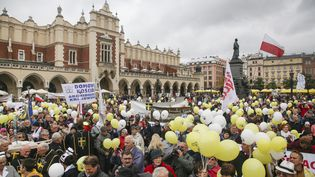 Une manifestation a été organisée par les institutions catholiques contre l'avortement, le 8 octobre 2017 à Cracovie (Pologne). (BEATA ZAWRZEL / NURPHOTO / AFP)