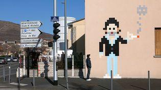 Invader a réalisé début 2016 ce Serg e Gainsbourg en mosaïque rue Serge Gainsbourg à Clermont-Ferrand.  (http://www.space-invaders.com/)