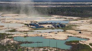 Une zone de déforestation de la jungle amazonienne causée par des activités minières illégales dans le bassin fluvial de la région de Madre de Dios, dans le sud-est du Pérou, le 17 mai 2019. (CRIS BOURONCLE / AFP)