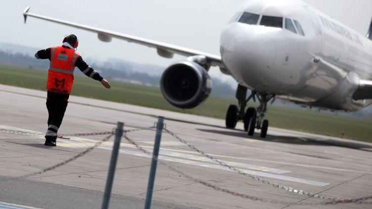 Un avion se gare sur le tarmac de l'aéroport Lille-Lesquin (Nord), le 21 avril 2010. (BAZIZ CHIBANE / SIPA)