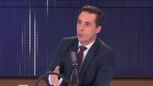 """Jean-Baptiste Djebbari, leministre délégué aux Transports, était l'invité du """"8h30 franceinfo"""", jeudi 5 août 2021. (FRANCEINFO / RADIOFRANCE)"""