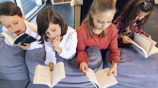 Image d'illustration, enfants en train de lire (PHILIPPE TURPIN / PHOTONONSTOP)