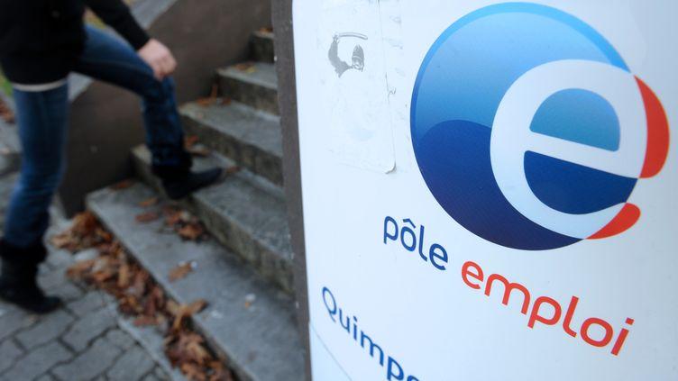 Sur un an, la hausse du nombre de demandeurs d'emploi sans activité s'élève à 6,2% en France métropolitaine. (FRED TANNEAU / AFP)