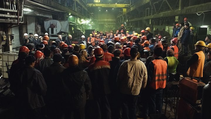 """Dans """"Factory"""", des ouvriers découvrent la vente frauduleuse de leur aciérie par un oligarque (Bac Films)"""
