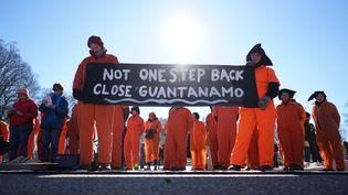 Des manifestants devant la Maison Blanche, à Washington, militent pour la fermeture de la prison de Guantanamo, le 11 janvier 2016. (MANDEL NGAN / AFP)