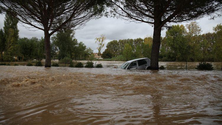 Une voiture prise dans une inondation à Trèbes (Aude), le 14 octobre 2018. (ALINE LAFOY / AFP)
