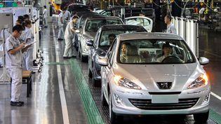 Dans une usine Peugeot Citroën, à Wuhan (Chine), le 15 juillet 2012. (GAN GUOSHUN / XINHUA / AFP)