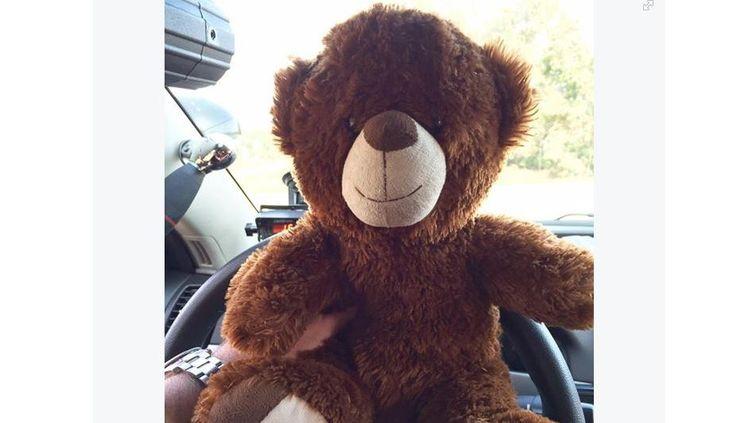 Capture d'écran du compte Facebook du policier américain qui a reçu l'ours en peluche d'une petite fille en cadeau. (JOSH MCCONNELL)