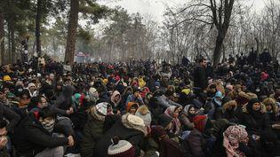 Des migrants patientent près du poste-frontièrede Kastanies pour tenter d'entrer en Grèce, le samedi 29 février 2020. (EMRAH GUREL/AP/SIPA / SIPA)