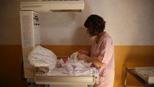 Une sage-femme à la maternité de la clinique de Saint-Grégoire (Ille-de-Vilaine). Photo d'illustration. (LIONEL LE SAUX / MAXPPP)