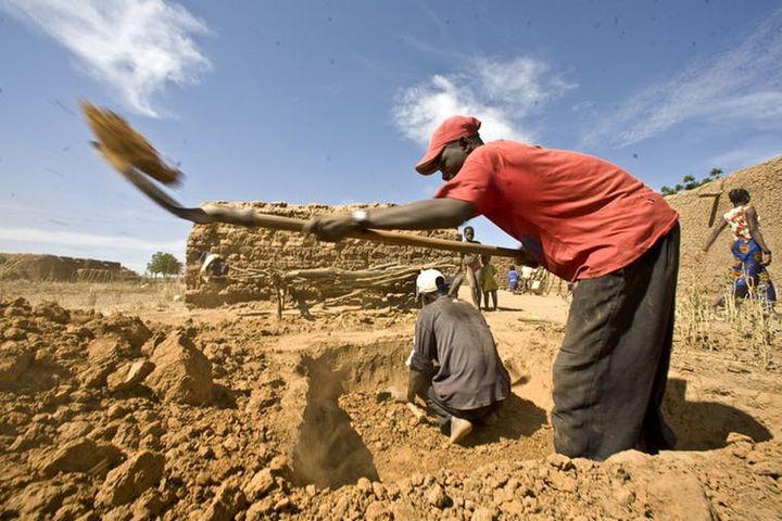 Construction de latrines dans un village de la région de Koulikouro, au Mali, 2009.     (Harandane Dicko/Unicef Mali)